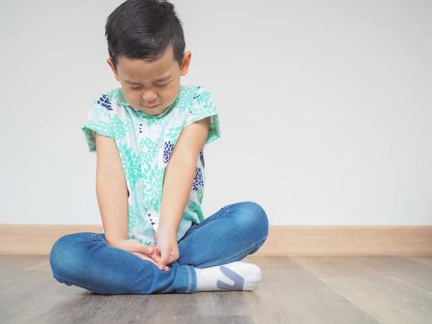 Der kleine junge, der versucht, mit frieden zu meditieren und sich zu entspannen