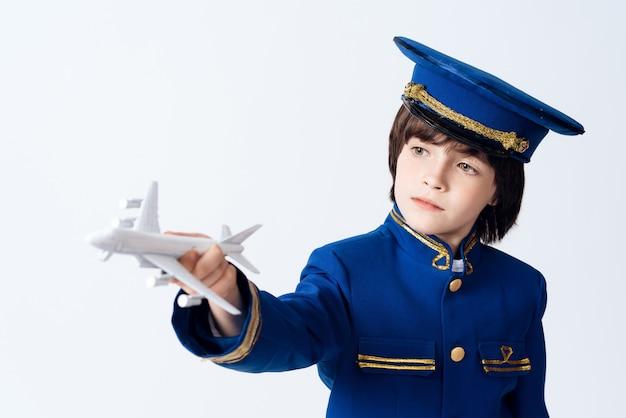 Der kleine junge lernt den beruf eines piloten.