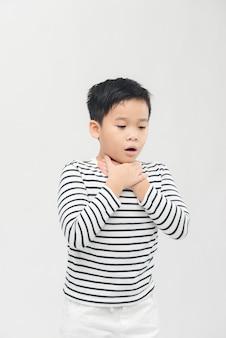Der kleine kranke junge bekommt halsschmerzen oder erstickt und kann nicht mit unglücklich atmen. allergiekonzept