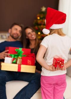 Der kleine weihnachtsmann hat ein kleines geschenk für die eltern