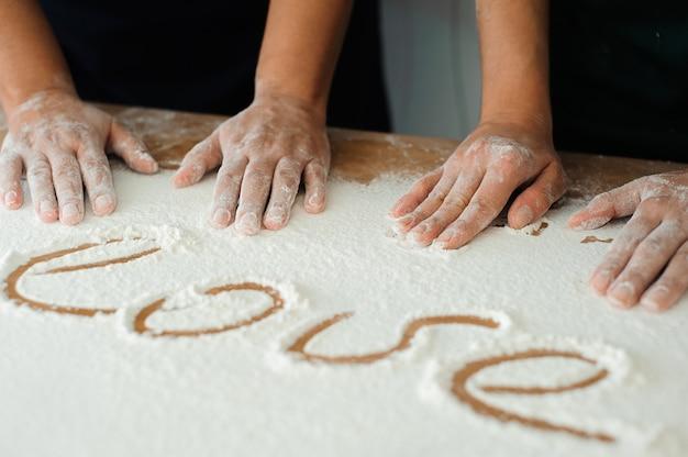 Der koch bereitet den teig zu - der prozess der teigherstellung in der küche