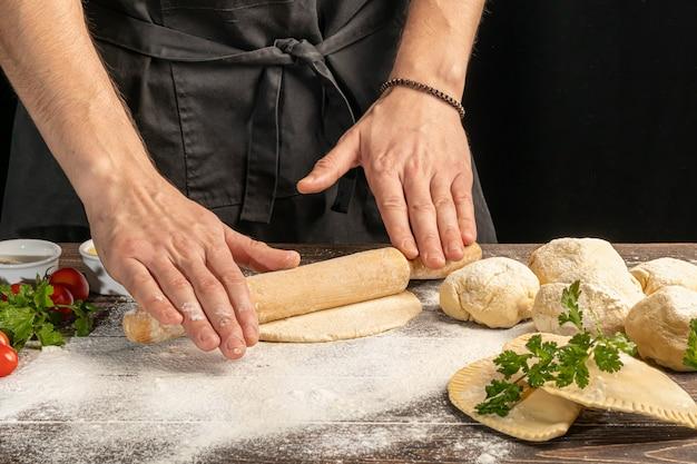 Der koch bereitet pasteten zu. schritt-für-schritt-anleitung. bildet den teig
