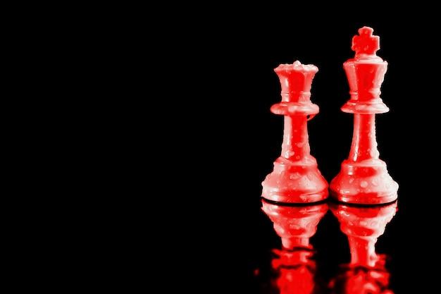 Der könig des schachspiels und die rote königin wurden als symbolische geschäftsleiterin eingesetzt.