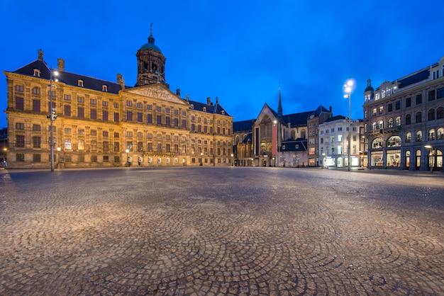 Der königliche palast im verdammungsquadrat in amsterdam, die niederlande. dam square ist ein berühmter ort in amsterdam.
