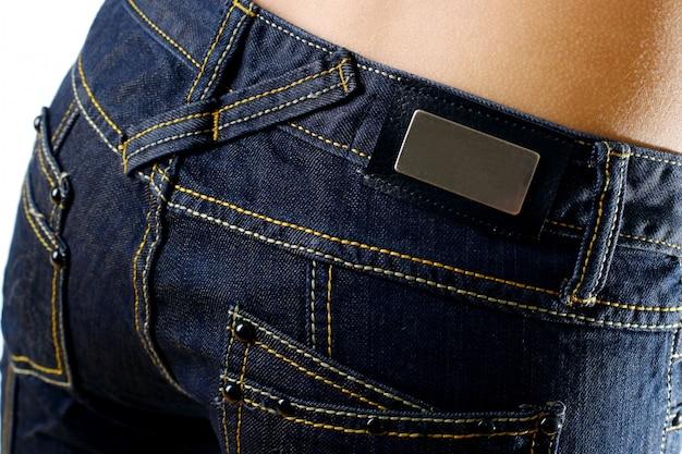 Der körper der schönen frau mit stilvollen jeans