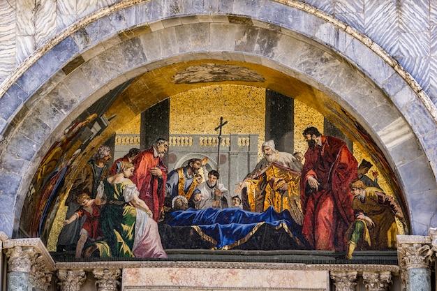 Der körper des heiligen markus, der vom dogenmosaik aus dem jahr 1728 an der fassade der basilica di san marco in venedig, italien, verehrt wird