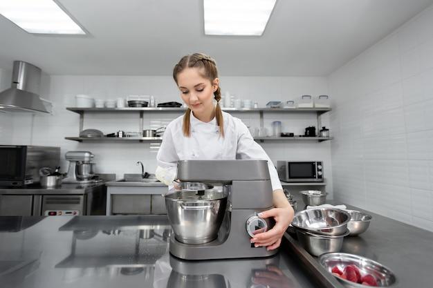 Der konditor in der küche des restaurants verfügt über einen mixer und eine küchenmaschine.