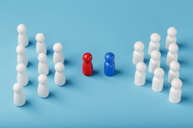 Der konflikt zwischen zwei unternehmen und einem unternehmen, die rivalität der führungskräfte in blau und rot, führt dazu, dass eine gruppe weißer mitarbeiter im wettbewerb um die einstellung von mitarbeitern steht.