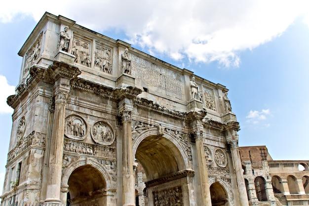 Der konstantinsbogen, ein triumphbogen in rom, italien