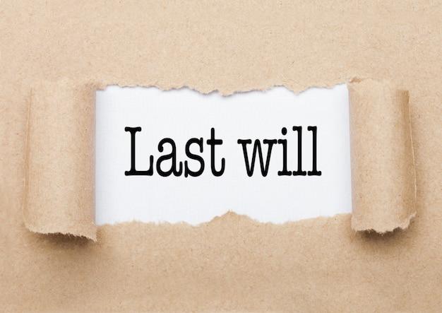 Der konzepttext des letzten willens, der hinter einem zerrissenen braunen papierumschlag erscheint