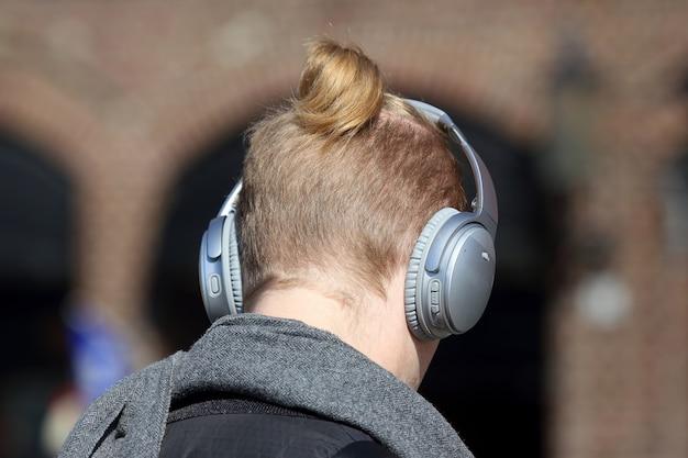 Der kopf des mannes mit den großen kopfhörern