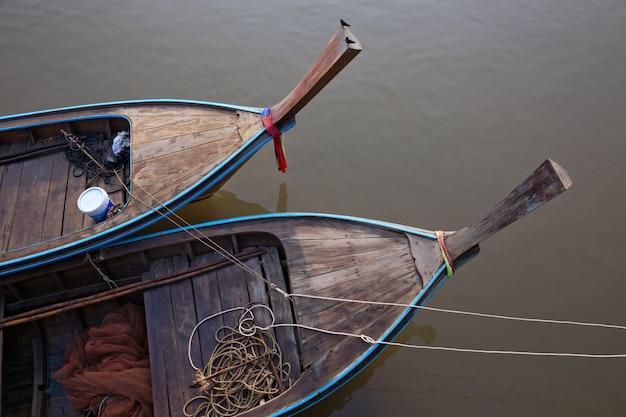 Der kopf eines fischerbootes machte auf dem fluss fest.