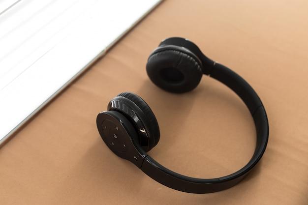 Der kopfhörer, der auf kissen für das hören liegt, entspannen sich musik