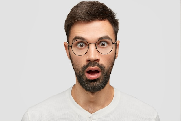 Der kopfschuss eines betäubten jungen europäers mit dicken stoppeln starrt in die kamera