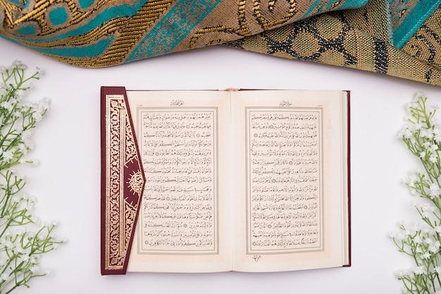 Der koran öffnete sich auf dem tisch