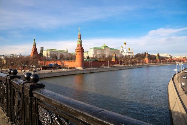 Der kreml-palast zusammen mit moskva in moskau, russland