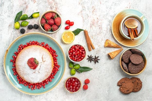 Der kuchen der kuchen mit beeren marmelade kekse beeren eine tasse tee mit zitrone