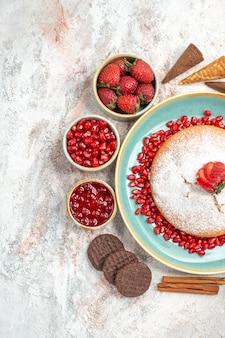 Der kuchen zimt erdbeermarmelade in der schüssel schokokekse und der kuchen