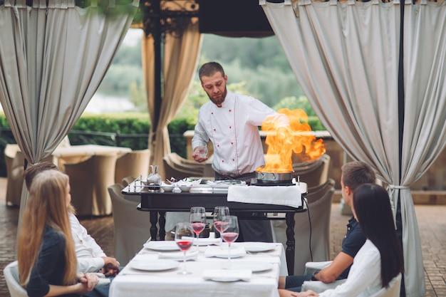 Der küchenchef bereitet vor den gästen die foie gras zu.
