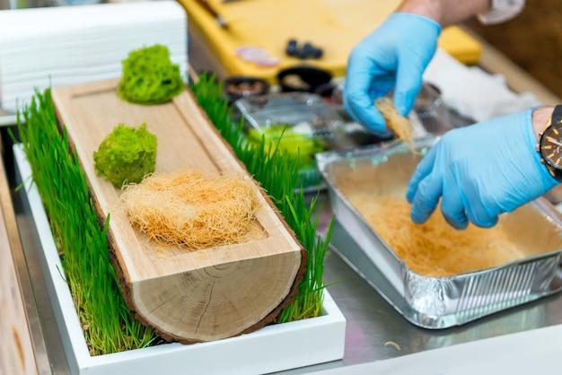 Der küchenchef im restaurant bereitet ein gericht zu