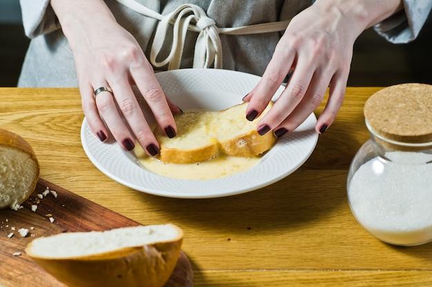 Der küchenchef kocht french toast.
