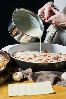 Der küchenchef kocht hausgemachte italienische lasagne