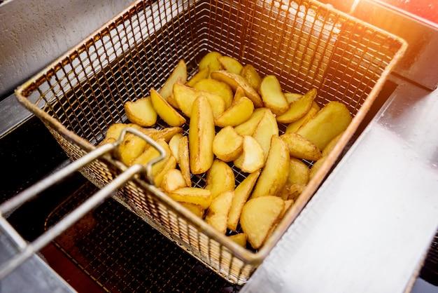 Der küchenchef kocht pommes. restaurant.