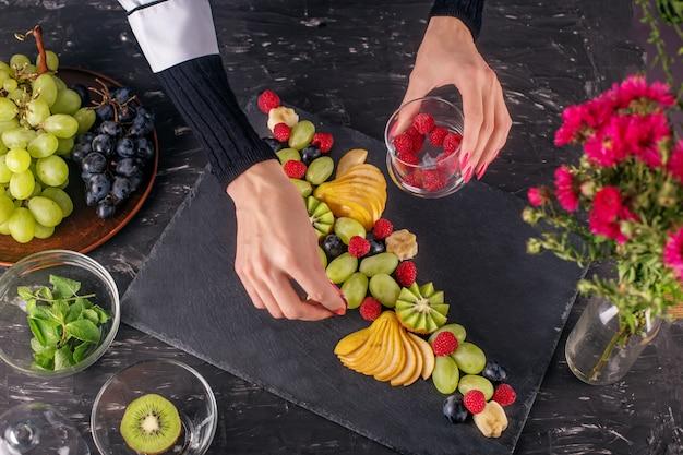 Der küchenchef machte im restaurant ein gericht mit verschiedenen früchten.
