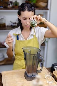 Der küchenchef mischt mandelmilch, kakao und chea-samen
