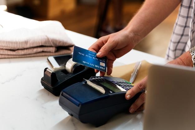 Der kunde zahlt mit einer kreditkarte