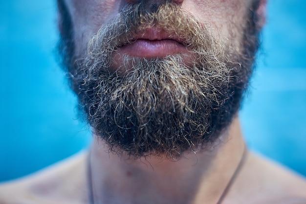Der kurze bart und die lippen der männer schließen sich.