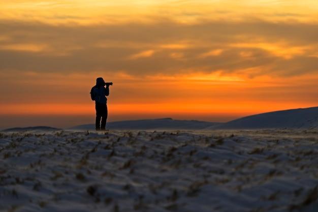 Der landschaftsfotograf reist entlang des bergrückens. ukraine