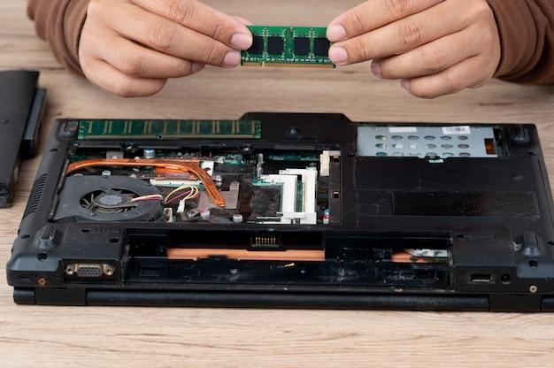 Der laptop wurde zerlegt, um interne geräte zu reparieren.