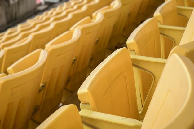 Der leere alte sitz wurde im stadion ohne zuschauer aufgrund des covid-19-affektsportturniers aufgegeben