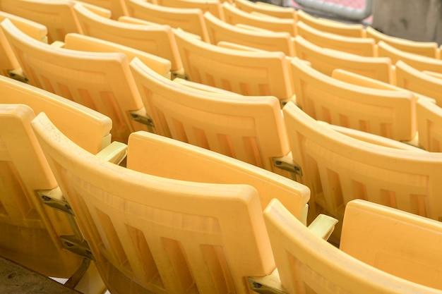 Der leere alte sitz wurde im stadion verlassen