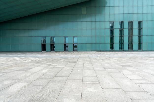 Der leere boden des platzes und die außenwände moderner gebäude