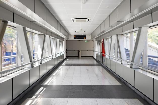 Der leere korridor zum bahnhof