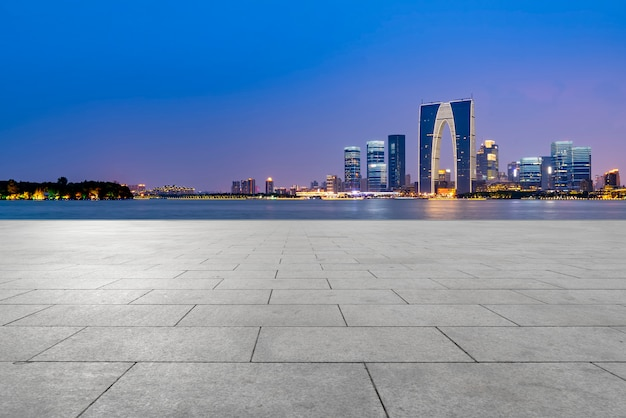 Der leere marmorboden und die stadt suzhou.