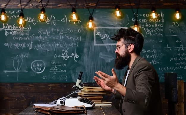 Der lehrer ist ein erfahrener führungsredner bei business-workshops und präsentationslehrer verfügen über ein gutes hörverständnis