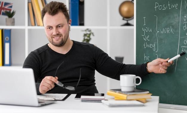 Der lehrer macht online eine englischstunde für seine schüler