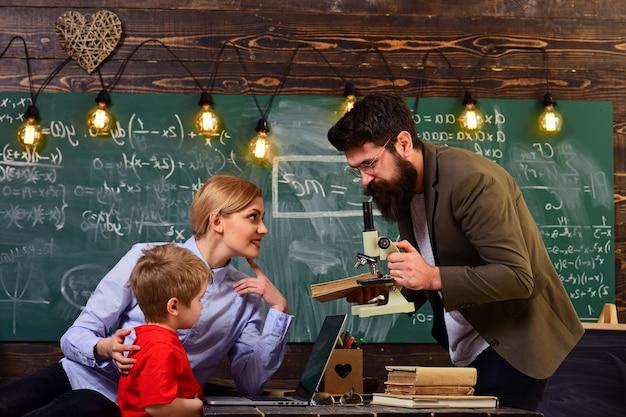 Der lehrer sitzt am tisch im klassenzimmer lehrer, die großartige oder meisterlehrer werden, suchen die hilfe, die sie brauchen, um die bildung und das schulkonzept zu lernen