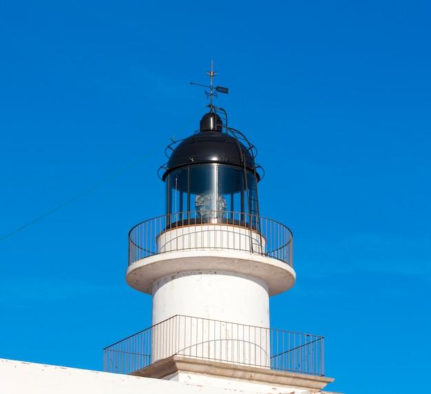 Der leuchtturm am blauen himmel