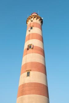 Der leuchtturm von aveiro am strand von barra in portugal