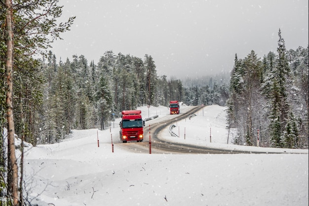 Der lkw fährt auf einer schneebedeckten arktischen straße. rutschige schneebedeckte nördliche winterstraße, biegen sie auf die straße ab. kola halbinsel. russland.