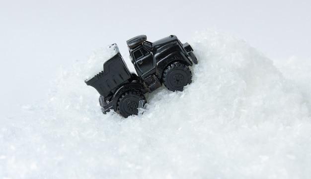 Der lkw passiert eine schneewehe viel schnee im gelände