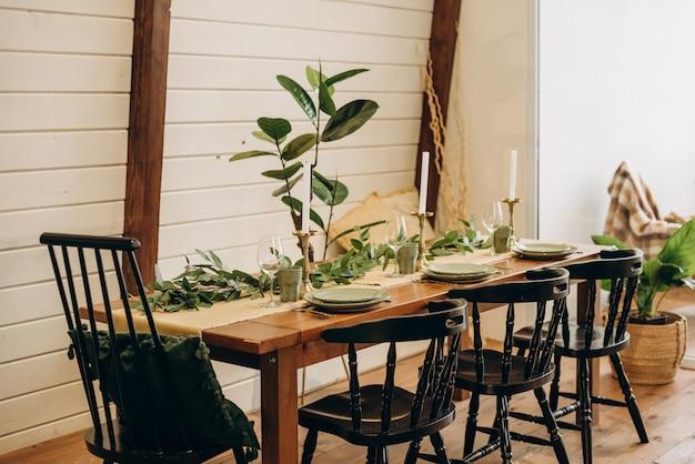 Der loft-esstisch ist mit blumen, kerzen und kräutern dekoriert