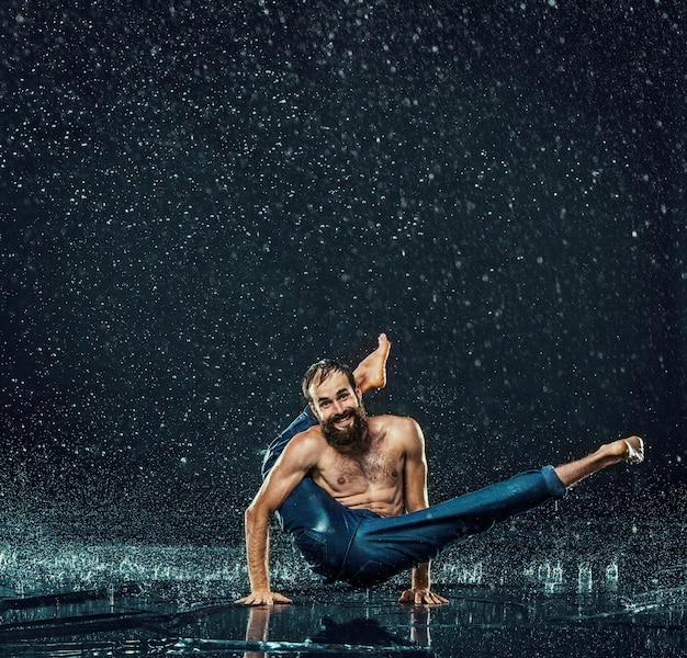 Der männliche breakdancer im wasser.