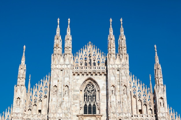 Der mailänder dom (mailänder dom) ist die domkirche von mailand, italien. santa maria nascente gewidmet