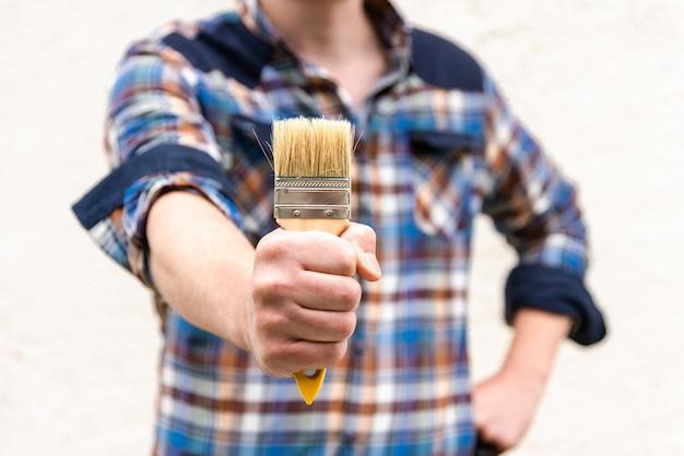 Der maler hält einen pinsel in der hand