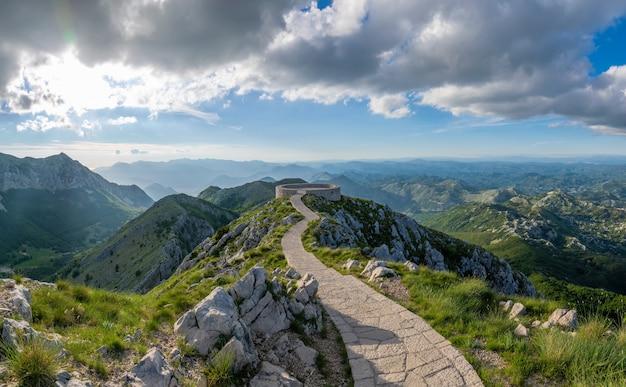 Der malerische aussichtspunkt befindet sich auf einem hohen berg.